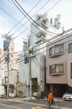 A look at 'Tree-ness house' by Japanese architect Akihisa Hirata. Designed as a residence for gallery owner Taka Ishii, the building is composed of stacked boxes with cutaways to allow nature to enter indoors, as a sort of vertical forest. Tokyo Architecture, Organic Architecture, Japanese Architecture, Pavilion Architecture, Residential Architecture, Contemporary Architecture, Japanese Buildings, Architecture Design, Concrete Jungle