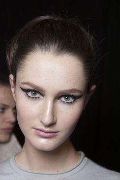 Aprensa propostas de maquiagem que deixam a pele impecável, tornam os olhos expressivos, colocam a boca em atenção máxima e corrigem a sobrancelha. Teste no espelho!