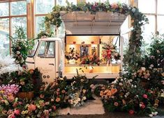 Conversions and modified Ape vans from Tukxi official Piaggio dealers Mobile Coffee Cart, Mobile Food Cart, Food Cart Design, Food Truck Design, Flower Truck, Flower Bar, Prosecco Van, Mobile Cafe, Food Truck Business
