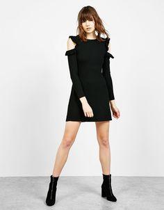 Figurbetontes Kleid mit Volant und freien Schultern. Entdecken Sie diese und viele andere Kleidungsstücke in Bershka unter neue Produkte jede Woche
