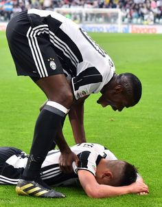 """Juventus' midfielder from France Paul Pogba (top) congratulates Juventus' forward from Argentina Paulo Dybala during the Italian Serie A football match Juventus vs Sampdoria on May 14, 2016 at the """"Juventus Stadium"""" in Turin. / AFP / GIUSEPPE CACACE"""
