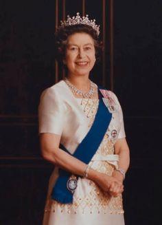 Queen Elizabeth Ii, British Royals, Confidence, Sari, Fashion, England, Saree, Moda, Fashion Styles