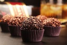 6 receitas de brigadeiros alcoólicos My Dessert, Yummy Cakes, Food Inspiration, Love Food, Sweet Recipes, Delicious Desserts, Sweet Treats, Food And Drink, Cooking Recipes