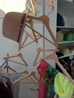 Detalle escaparate con perchas.  www.evdae.com