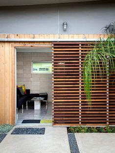 porte vers le jardin avec porte coulissante persienne