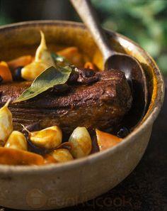 Σίγουρα ζαρκάδι δεν θα τύχει να μαγιρέψει κάποιος συχνά, όμως μ' αυτή την συνταγή, αν τύχει, γίνεται τρυφερό και τέλεια μαγειρεμένο! Beef Fillet, Pot Roast, Sausage, Food And Drink, Meat, Ethnic Recipes, Foods, Carne Asada, Food Food