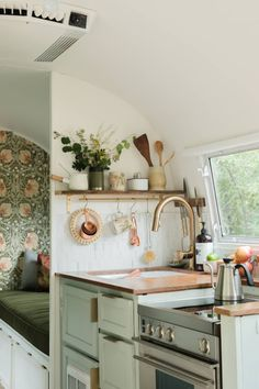 Believe This Is an Actual Airstream Trailer - Airstream Trailer Bright DIY Wallpaper Before and After Home Renovation, Home Remodeling, Camper Renovation, Camper Interior Design, Interior Ideas, Airstream Interior, Interior Styling, Caravan Vintage, Vintage Rv