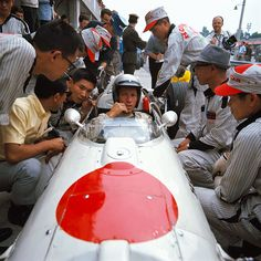 Richie Ginther with Honda Engineers, 1966 Italian Grand Prix at Monza Nascar, Jackie Stewart, John Taylor, Honda, Automobile, Italian Grand Prix, Classic Race Cars, Race Engines, American Racing