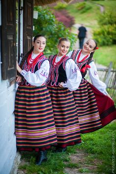 Strój panny z okolic Puław /Powiśle puławskie/ woj. lubelskie Poland Costume, Polish People, Polish Folk Art, Costumes Around The World, Folk Dance, Beautiful Costumes, Folk Costume, World Of Color, Ethnic Fashion