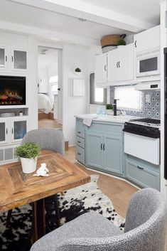 caravan design 643874077959084518 - Relaxing Tiny House Makeovers Design Ideas With Farmhouse Style Source by gagohome Travel Trailer Remodel, House Makeovers, Rv Homes, Remodeled Campers, Tiny House Living, Living Room, Tiny House Design, Home Renovation, Camper Renovation