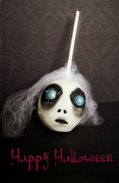 headless witch horror cake pop by Evie and Mallow halloween baking ideas Spooky Halloween Cakes, Halloween Candy Apples, Halloween Food Crafts, Halloween Cake Pops, Halloween Treats For Kids, Halloween Sweets, Halloween Baking, Halloween Cookies, Halloween Fun