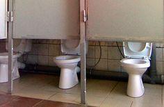 Der Konstrukteur dieser Toiletten hielt wohl einfach nicht so viel von Privatsphäre. Ist ganz selbstverständlich. Man muss doch schon bei der ersten Tür gemerkt haben, dass die zu hoch ist, oder? Wieso hat man es dann weiter gemacht? Manchmal muss man auch den Kopf einschalten beim Arbeiten. | unfassbar.es