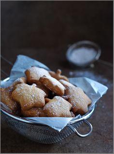 Апельсиновое печенье 100 г несоленого масла 50-70 г сахарной пудры 1/2 ч. л. натуральной апельсиновой эссенции цедра 1/2 апельсина 1 маленькое яйцо (или половина среднего) 1/2 ч. л. натуральной ванильной эссенции 200 г муки для тортов (cake flour) с низким процентом протеина или 200 г обычной муки + 1/2 ч. л. разрыхлителя 1 - 2 ст. л. сметаны 1 ст. л. апельсинового ликера (факультативно)