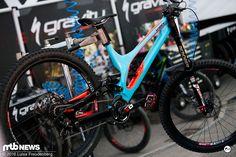 Loris Vergier's Mechaniker war schon fertig - blitzeblank hängt das Fahrrad im Pit