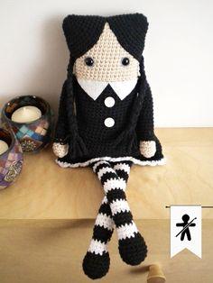 Crocheted by AmigurumisFanClub!!! ...Free pattern by Hama Style & Amigurumis http://hamabeadstyle.blogspot.com.es/2015/03/miercoles-addams-amigurumi-cuadrada.html