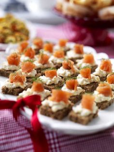 Kavringsnittar med lax - Mitt kök Tapas, Party Food And Drinks, Dessert Drinks, New Years Eve Dinner, Appetizer Recipes, Appetizers, Work Meals, Food Fantasy, Party Finger Foods