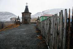 Svalbard, le città fantasma sovietiche nel profondo Nord. La chiesa ortodossa di Barentsburg è l'edificio religioso più a nord del mondo. Venne eretta nel 1996 per commemorare le 141 vittime del disastro aereo che diede il colpo di grazia alle già precarie condizioni in cui versava l'industria mineraria russa dopo la caduta del muro.