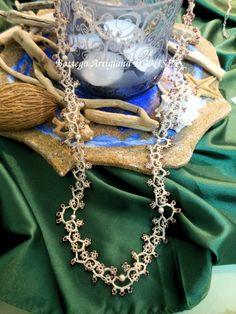 Collana realizzata a chiacchierino con perline Rocailles e perle multicolore.