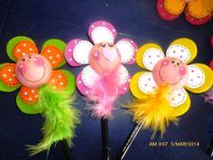 CUCHITURAS MANUALIDADES: POTES MULTIUSOS, LAPICES Y BOLÍGRAFOS CUCHI. Foam Sheet Crafts, Foam Crafts, Flower Crafts, Diy Flowers, Hobbies And Crafts, Diy And Crafts, Clay Pen, Pen Toppers, Flower Pens