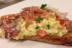 Torrada de ciabatta com queijo, ovos e presunto cru