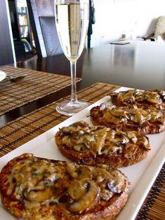 Кростини - это итальянские горячие бутерброды с разными ингредиентами. Мне очень нравятся кростини с грибами и сыром пармезан. Маленькие кро...
