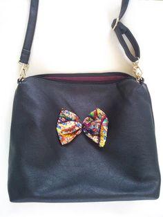 8f5dc9c661 Τσάντα ώμου από μαύρη δερματίνη στολισμένη με υφασμάτινο φιόγκο από ζακάρ