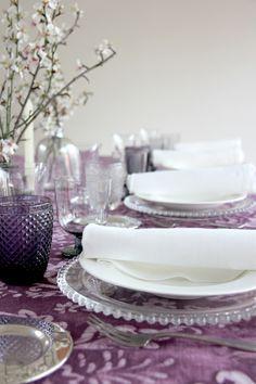 Estampado de marcada inspiración étnica que dará a tu evento un estilo único Table Decorations, Furniture, Home Decor, Wedding Decoration, Room, Colors, Decoration Home, Room Decor, Home Furnishings