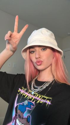 Image discovered by talyssa. Find images and videos about girls, hat and youtube on We Heart It - the app to get lost in what you love. Hair Color Purple, Green Hair, Pink Hair, Funky Hair Colors, Hair Dye Colors, Dye My Hair, Winter Hairstyles, Hairstyles With Bangs, Black To Blonde Hair