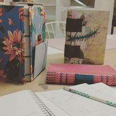 Aulinha da noite, aiiii que alegriaaaaa! Onde??? Na escola mais linda de Jundiaí, claro na @oficinadeartes_store #aulasdeencadernação nação #cadernoartesanal #book #bookbinding #copta #caterpillar