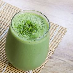 Make a Matcha Green Tea Smoothie and you kick up the health benefits in your post-workout or morning smoothie. Avocado Smoothie, Matcha Green Tea Smoothie, Green Detox Smoothie, Tea Smoothies, Healthy Breakfast Smoothies, Strawberry Smoothie, Smoothie Recipes, Blender Recipes, Cooking Recipes