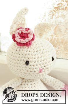 Conejo DROPS con flor, en ganchillo / crochet, en Paris.   Patrón gratuito de DROPS Design.