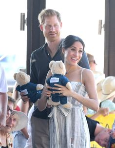 Prince Harry, Duke of Sussex and Meghan, Duchess of Sussex walk along the picturesque Kingfisher Bay Jetty on October 2018 in Fraser Island, Australia. The Duke and Duchess of Sussex are on their. Get premium, high resolution news photos at Getty Images Meghan Markle Prince Harry, Prince Harry And Megan, Harry And Meghan, Prince Harry 2016, Princess Meghan, Princess Diana, Dresses Australia, Elisabeth, Royal Babies