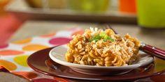 Creamy Mac and Cheese with Parmesan Crunch Topping – La pasta de trigo integral le añade extra fibra a estos macarrones con queso que le encantarán a tus hijos.