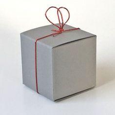 Würfel 3,5 x 3,5 cmaus hochwertigem durchgefärbten Karton, mit elastischem Bändchen zum Füllen mit Pralinen oder anderen kleinen Köstlichkeiten. #Pralinenverpackung #Betthupferl #Geschenkschachtel #Gastgeschenke Container, Guest Gifts, Stocking Stuffers, Paper Board