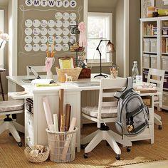 três mesas colocadas juntas faz uma estação de trabalho (notebook+ máquina de costura+trabalhos manuais)