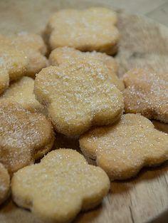 Dieses Rezept stammt aus einem alten Rezeptbuch von 1911. Folgender handschriftlicher Vermerk stand bei diesem Rezept: Doppelte Portion für die Kinder! Tante Agnes net vergess'n. Das reichte uns, um sie sofort auszuprobieren. Das Ergebnis schmeckt super! Biscuit Cookies, Yummy Cookies, Cake Cookies, German Desserts, Sweet Bakery, Cookie Time, Vegan Sweets, Sweet And Salty, Ice Cream Recipes