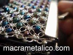 MACRAMETALICO (Epejo tipo monedero con mostacillas de colores, tejido con hilos…