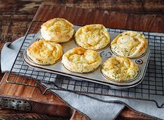 Whether served for breakfast, lunch or dinner, these light and airy buns are truly wonderful. Cheddar, Popover Recipe, Muffins, Vegetarian Recipes, Cooking Recipes, Savory Breakfast, How To Make Bread, Bread Baking, Food And Drink