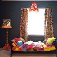Une chambre très fantaisiste : avec des tissus fleuris et des patchworks, une créatrice a su créer une chambre de charme et cosy.