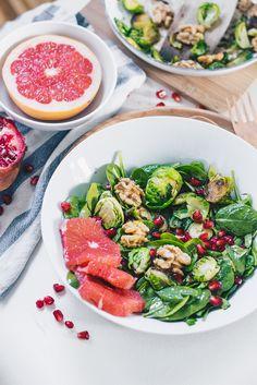 Mit einem Salat kann man sowohl im Winter als auch Sommer nicht falsch machen. Ein Walnuss, Grapefruit und Granatapfelkern Salat mit Babykohlsprossen und Babyspinat, enthält viel Eisen und reichlich wichtige Vitamine, um das Immunsystem zu stärken. Einfach, lecker, vegan, und im Handumdrehen zubereitet.