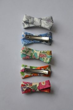 Hair clips for little girls - Barrettes Liberty Of London Fabric, Liberty Fabric, Bricolage Halloween, Coin Couture, Barrettes, Creation Couture, Gorgeous Fabrics, Bow Hair Clips, Girls Hair Accessories