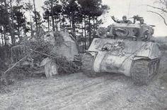 Un M4A3E2 Sherman Jumbo of US 4e Division blindée passe un naufragé allemand SdKfz 7/2 blindée Halftrack transportant un canon antiaérien (éventuellement les 3,7 cm Flak 43). An M4A3E2 Sherman Jumbo of US 4th Armored Division passes a wrecked German SdKfz 7/2 Armoured Halftrack carrying an anti-aircraft gun (possibly the 3.7cm Flak 43).