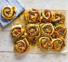 Cheese & pesto whirls Cheese & pesto whirls These herby tear-and-share bread rolls have mozzarella and sun-dried tomatoes baked into them - perfect for a picnic or for dipping into soup Bbc Good Food Recipes, Baking Recipes, Vegetarian Recipes, Yummy Food, Vegetarian Buffet, Vegetarian Picnic, Vegan Picnic, Healthy Food, Tasty