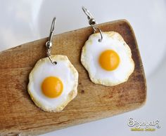 Fried Eggs Earrings - Gifts for her - Delicious fried egg earrings handmade from polymer clay. They are only cm or 1 inch in diameter - Cute Polymer Clay, Polymer Clay Charms, Polymer Clay Earrings, Funky Earrings, Diy Earrings, Earrings Handmade, Diamond Earrings, Pearl Earrings, Weird Jewelry