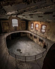 Urbex by kev.explo on IG. Abandoned Buildings, Abandoned Property, Old Abandoned Houses, Abandoned Mansions, Old Buildings, Abandoned Places, Old Houses, Haunted Places, Urban Exploration