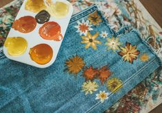 DIY Jeans mit Blumenprint - #Blumenprint #DIY #Jeans #Mit Only Fashion, Boho Fashion, Womens Fashion, Colourful Outfits, Cool Outfits, Amazing Outfits, Nagel Blog, Diy Jeans, Altering Clothes