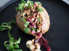 Gefüllte Knolle: Vegane Ofenkartoffel mit Rote Bete und Feldsalat