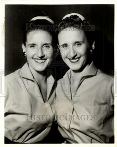 Ann B. Davis with her identical twin sister Harriet. Ann Bradford Davis (May 1926 – June was an American television actress. Davis was best known for playing the part of Alice Nelson, the housekeeper in The Brady Bunch series Vintage Hollywood, Classic Hollywood, Ann B Davis, Maureen Mccormick, The Brady Bunch, Movie Shots, Identical Twins, Old Tv Shows, Family Album