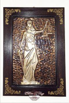 Quadro Deusa da Justiça Tamanho total: 25,5x35,5cm  Latonagem em alumínio com efeito envelhecido e pintura em madeira sobre a base em mdf. Acabamento todo em verniz. 100% feito à mão.  Aceito encomendas. Contatos por email deborajtozze@gmail.com ou whatsapp 15 99721-9601
