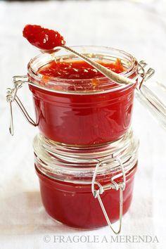 Rosso: marmellata di anguria INGREDIENTI polpa di anguria sgocciolata: 500 gr (calcolate circa 2 kg di anguria) zucchero di canna: 200 gr limoni: 2 acqua di fior d'arancio: 2 cucchiai